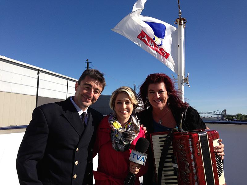 Stéphane Gaudet, commissaire de bord en compagnie de Valérie Chevalier (Météo TVA) et Brigitte Leblanc, artiste.
