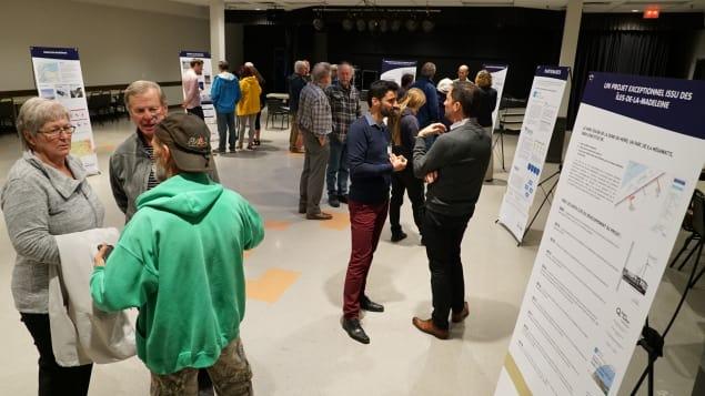 La mise à jour du projet de parc éolien aux Îles a été présentée à la population. Photo : Radio-Canada/Philippe Grenier